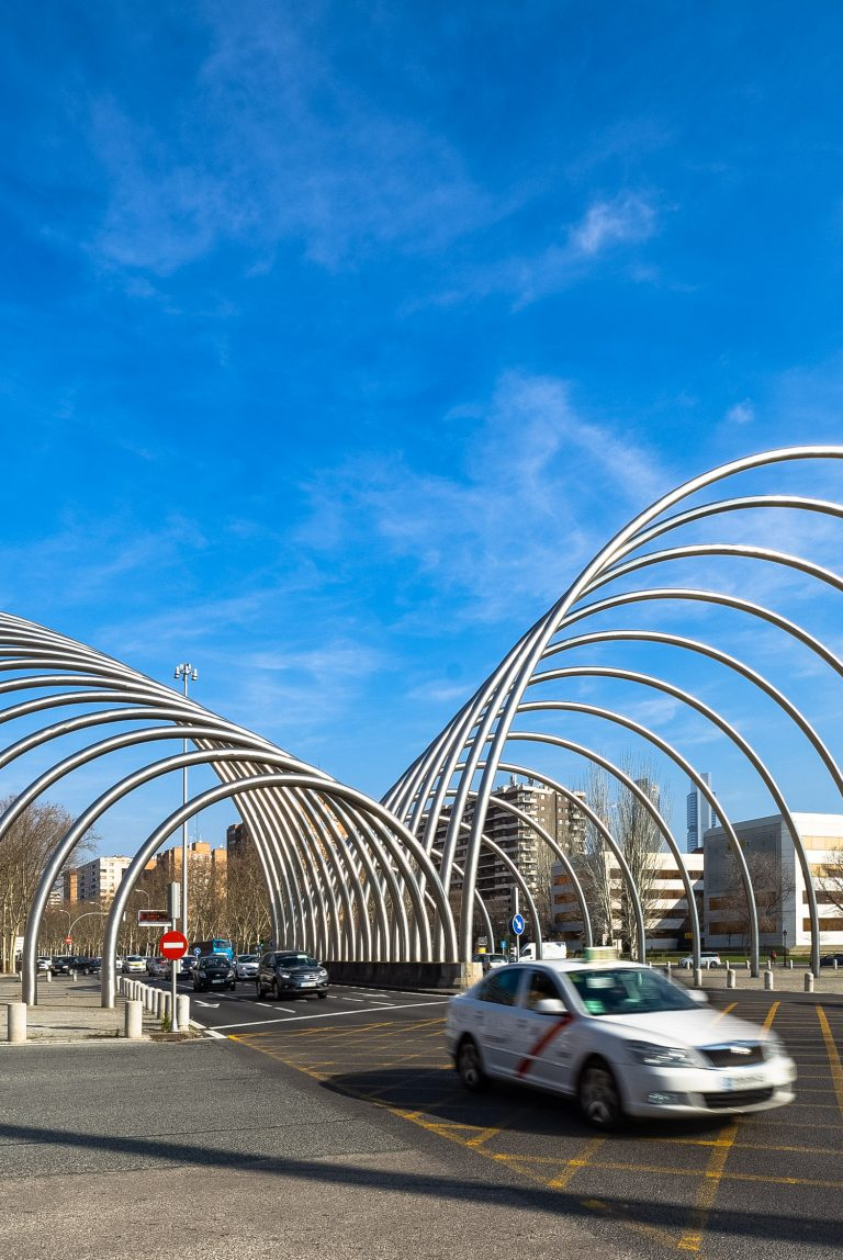 Arcos Avenida Ilustración Madrid coches transitando
