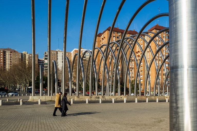 Arcos Avenida Ilustración Madrid personas caminando debajo
