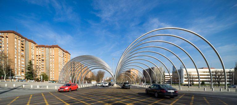 Arcos Avenida Ilustración Madrid coches transitando ambas direcciones