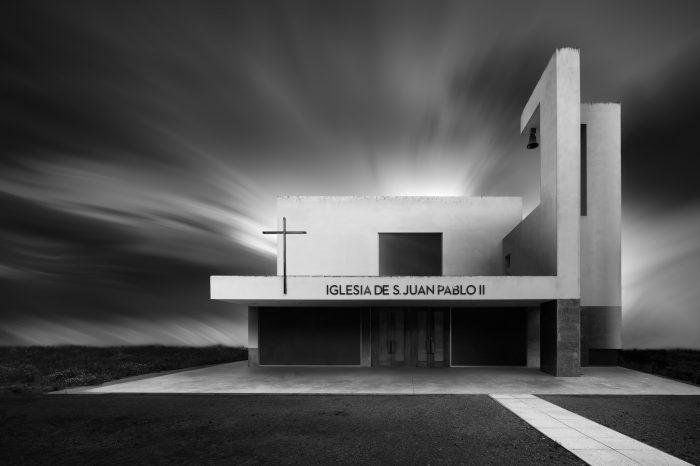 Frontal Iglesia San Juan Pablo II Valladolid Blanco y Negro