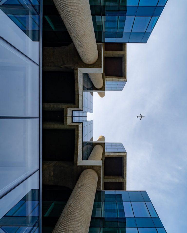Edificio Los Cubos Madrid vista hacia arriba simetrica