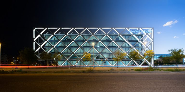 Edificio Oxxeo Rafael de la Hoz lateral transición noche dia