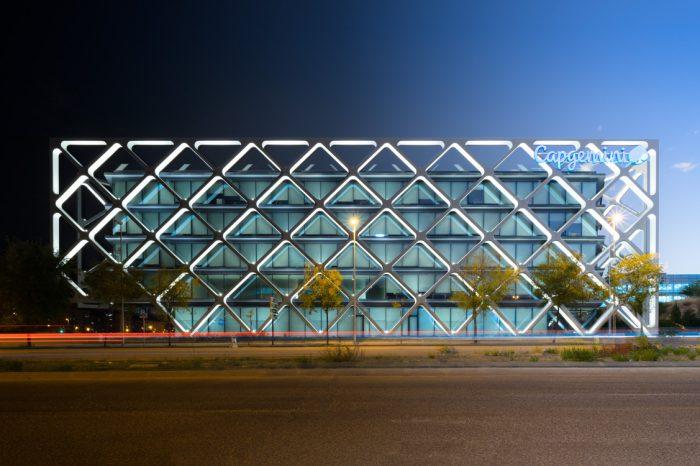 Edificio Oxxeo Rafael de la Hoz transición noche día lateral