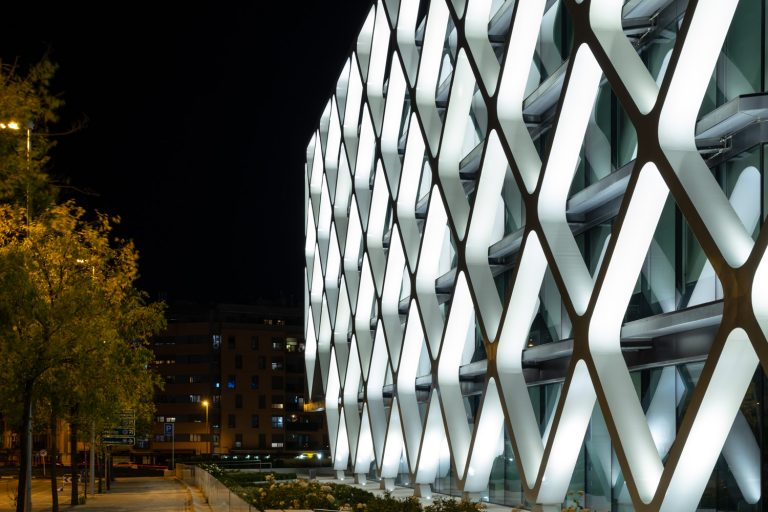 Edificio Oxxeo Rafael de la Hoz iluminado noche