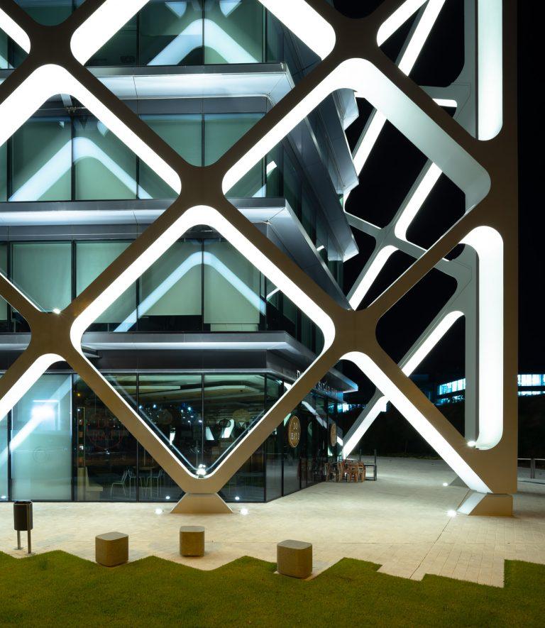 Edificio Oxxeo Rafael de la Hoz noche iluminado