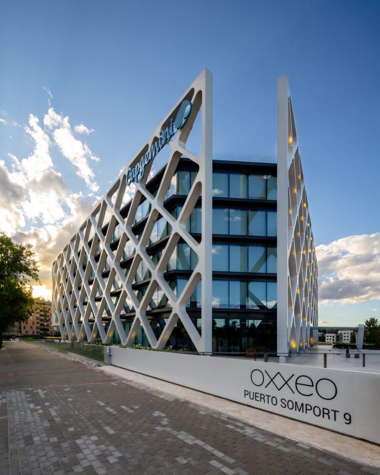 Edificio Oxxeo Rafael de la Hoz atardecer