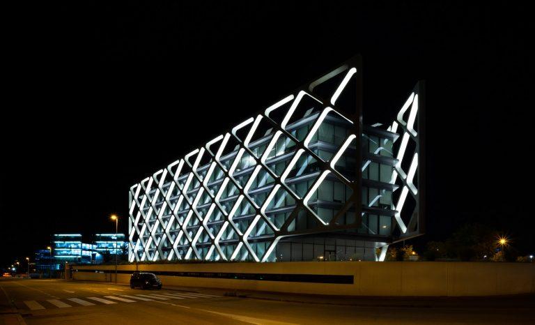 Edificio Oxxeo Rafael de la Hoz noche