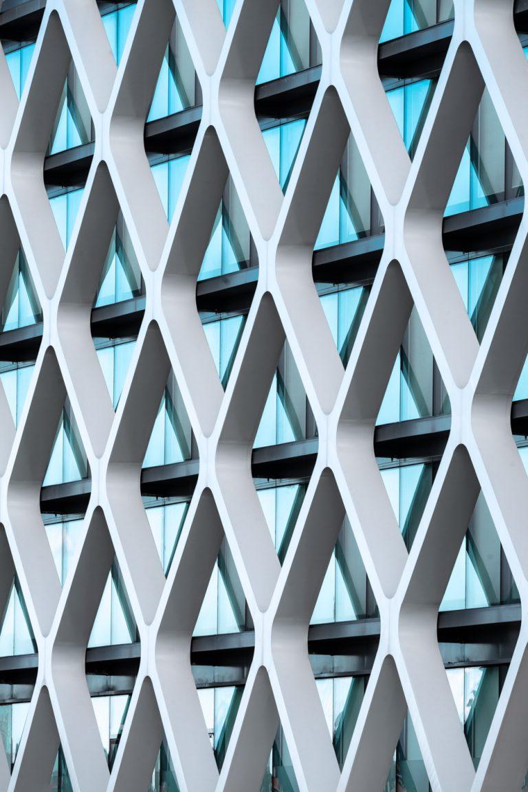 Edificio Oxxeo Rafael de la Hoz fachada rombos