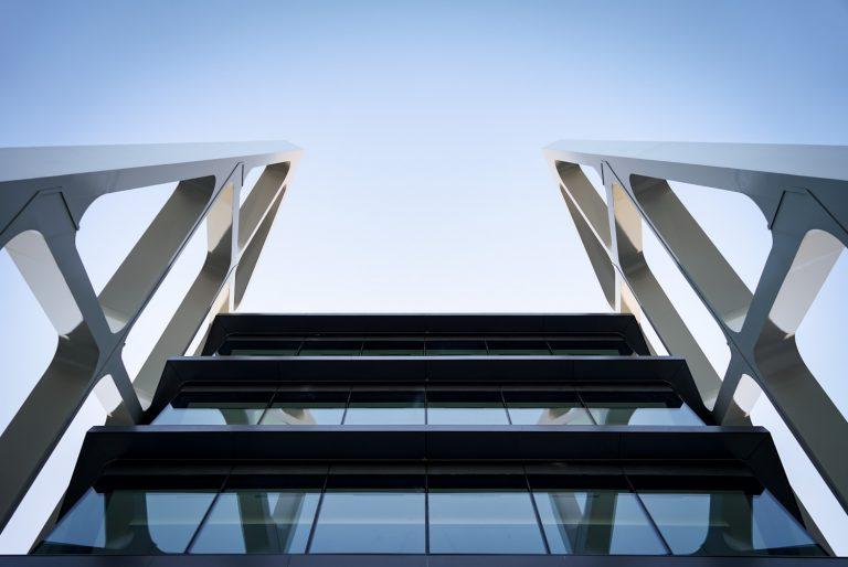 Edificio Oxxeo Rafael de la Hoz detalle vista hacia arriba