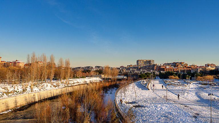 Vista general Puente Monumental Arganzuela de Perrault Madrid Rio con nieve