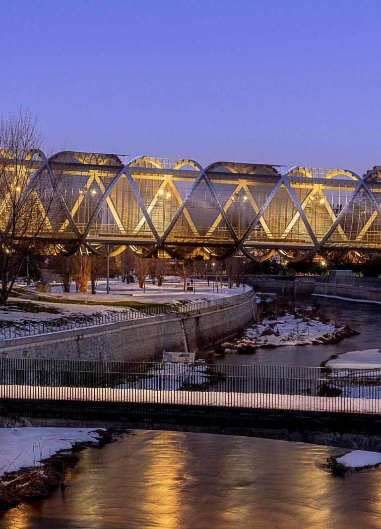Tramo Puente Perrault sobre rio Manzanares Madrid con nieve