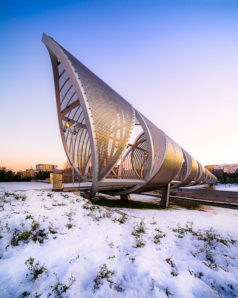 Puente Monumental Arganzuela de Perrault al atardecer con nieve