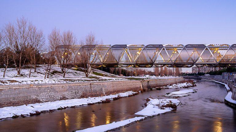 Vista general Puente Perrault rio Manzanares con nieve